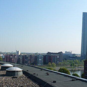 Runde Lichtkuppeln auf dem Dach des Colosseo Frankfurt